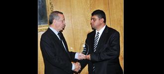 Başbakan Sn Recep Tayyip Erdoğan Yönetim Kurulu Başkanımız Mahmut Arıkan'a ödülünü verdi